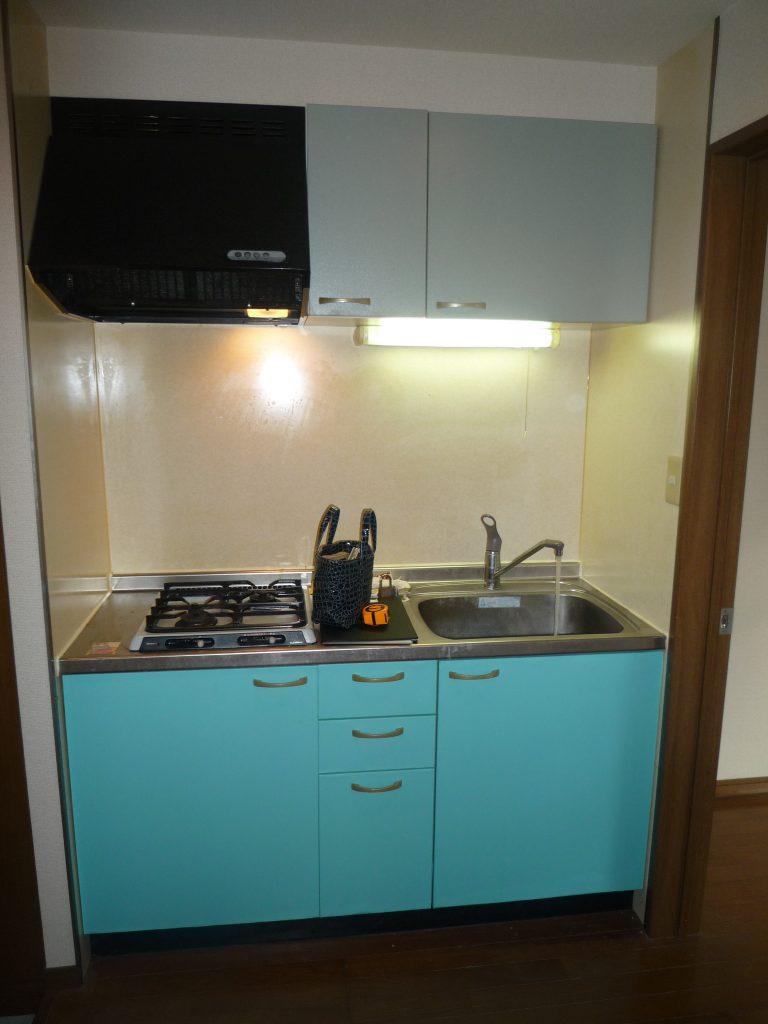 都営大江戸線 光が丘駅のキッチン扉 床 壁紙を変更した事例です ナミキリフォームサービス株式会社
