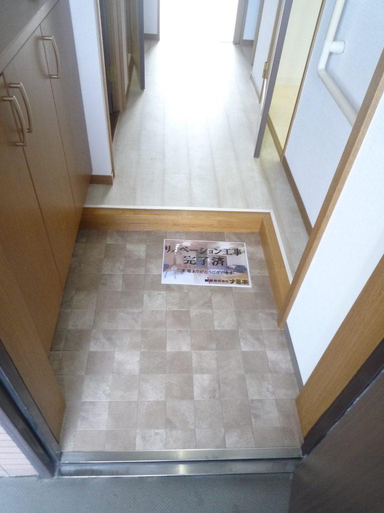 小田急小田原線狛江駅の床 壁紙 扉のシートを貼り替えした事例です